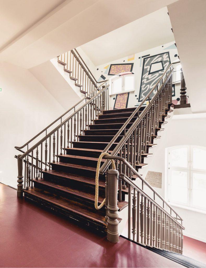 Das großzügige Treppenhaus des 100Hauses