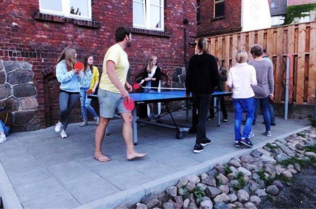 Tischtennis im Hof-/Gartenbereiches des 100Hauses