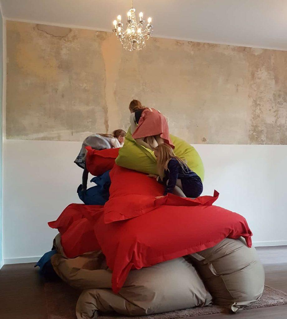 Kinder die mit den Sitzsäcken spielen