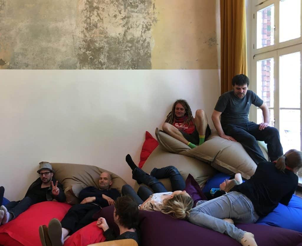 Erwachsene mit den Sitzsäcken